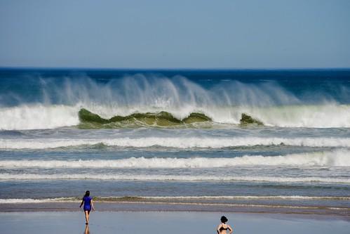 Bonitas olas de hoy al medio dia en la playa de Zarautz