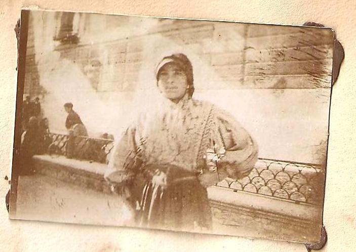 Una joven en la Plaza del Ayuntamiento de Toledo en 1898. Anónimo Francés.