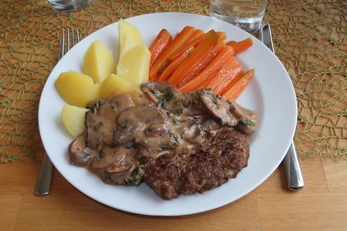 Hacksteak mit Champignonrahmsoße, Salzkartoffeln und Möhrensticks