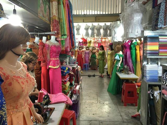 色とりどりのドレスはその場で作られている