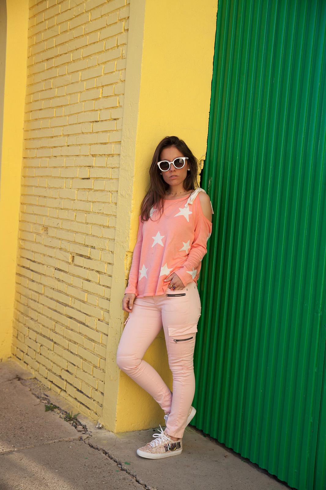 Look rosa con jersey de estrellas que nos queda bien a todas el jersey que necesitas esta primavera