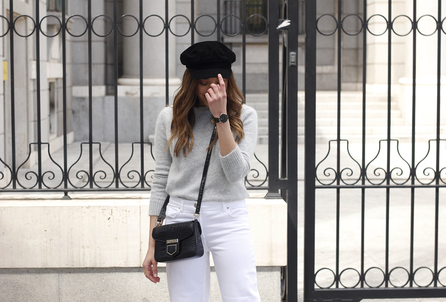 white jeans frayed hem jeans uterqüe bicolor boots gray sweater givenchy bag outfit12
