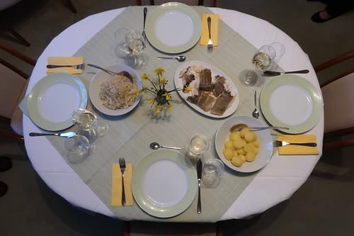 Skrei mit Sahnesauerkraut und Salzkartoffeln (Tischbild)