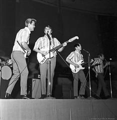 Les Beach Boys en concert à l'aréna Maurice-Richard. 19 février 1965. De gauche à droite : Glen Campbell (qui remplace Brian Wilson), Carl Wilson, Al Jardine et Mike Love. VM94-S32-008. Archives de la Ville de Montréal.