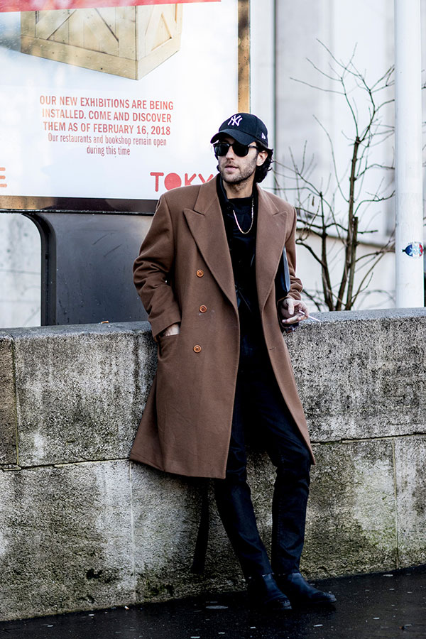 紺ヤンキースキャップ×ブラウンダブルブレストチェスターコート×黒パンツ×黒ブーツ
