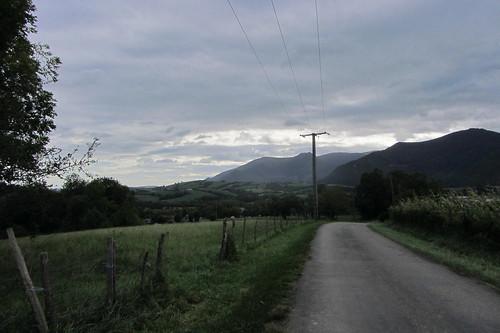 20120924 26 075 Jakobus Pyrenäen Wolken Bäume Wiese Weg