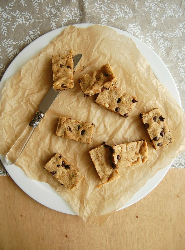 Peanut butter and chocolate chip bars / Barrinhas de manteiga de amendoim e chocolate