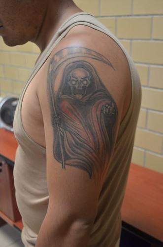 Tatuaje de la Santa Muerte roja.