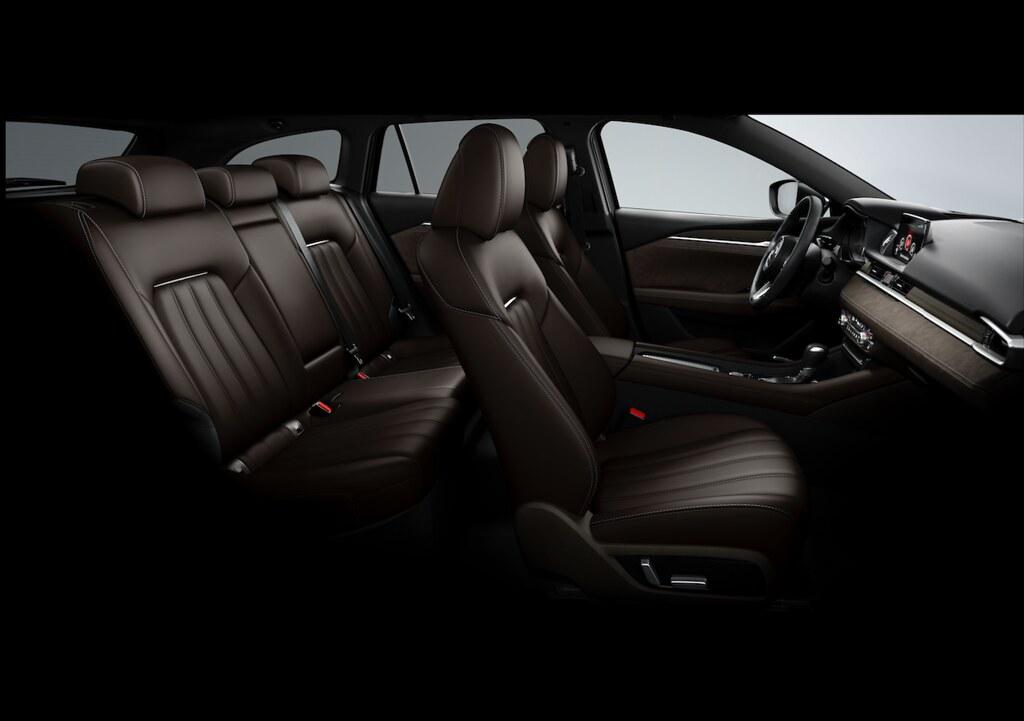 圖二 All-New Mazda6 透過兼具麂皮與絲絨滑順質感的Ultrasuede® NU麂皮質感內飾,輔以緞面鍍鉻飾條裝飾的Nappa真皮座椅,展現出沉熟優雅的旗艦品味