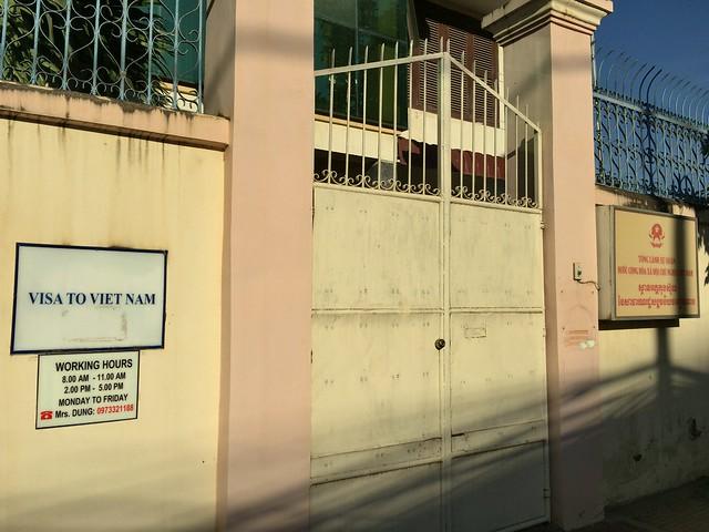 高い塀で囲まれた門の横にピンポンを発見