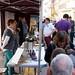 Fora de la llibreria, es munten diverses carpes on s'ofereixen productes gastronòmics locals. Crèdit: Llibreria El Cucut.