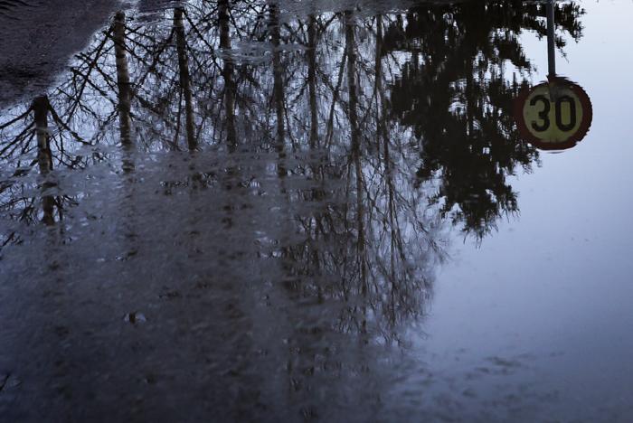 heijastus huhtikuu vesilammikko tulva liikennemerkki