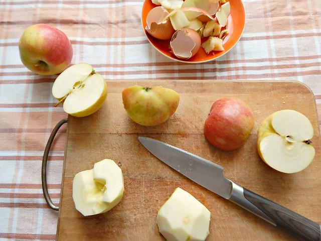 шарлотка-чищу-яблоки-мусор
