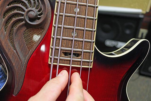Universum Guitars  - red Epsilon Bass (3)