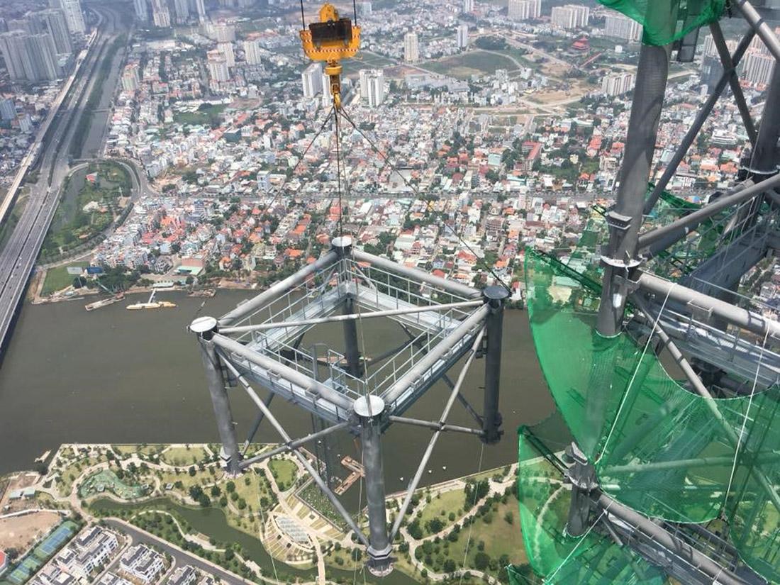 Phần spire - đỉnh tháp gồm nhiều khối thép trung bình trên 16.5 tấn.