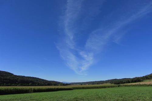 20120920 23 074 Jakobus Kondensstreifen Hügel Wald Wiese