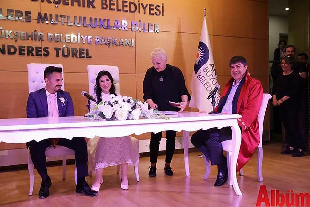 Antalya Büyükşehir Belediyesi Başkanı Menderes Türel Salih ve :Hayriye çiftinin nikahlarını kıydı