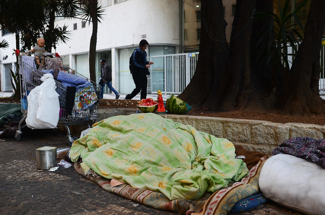 É visível o aumento do número de moradores de rua, de pedintes nos semáforos, nas portas dos mercados e afins. - Créditos: Rovena Rosa/Agência Brasil