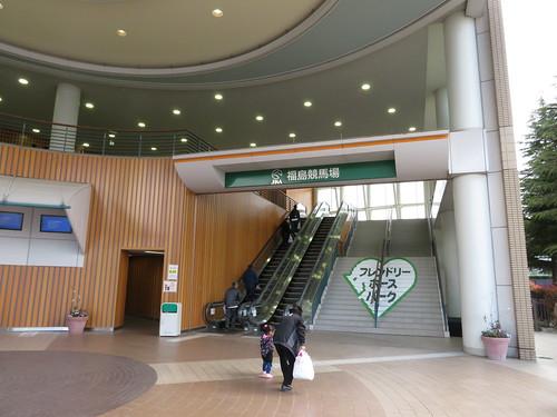 福島競馬場の南口2階へ上がる