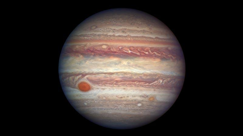 Tampak jelas keberadaan bintik merah raksasa Jupiter sebagai hal ikonis.