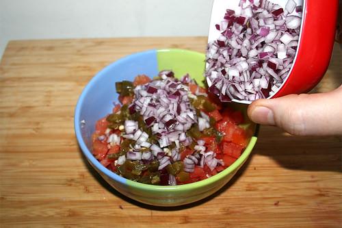 40 - Rote Zwiebelwürfel dazu geben / Add diced red onion