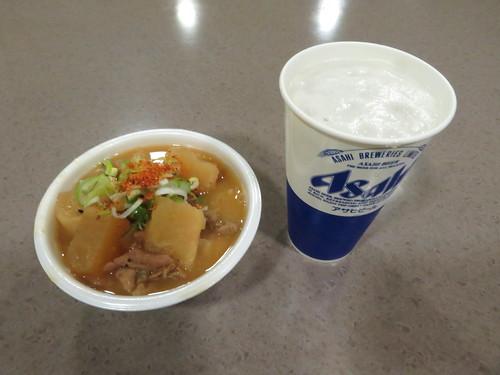 福島競馬場の鳥ぎんのもつ煮とビール