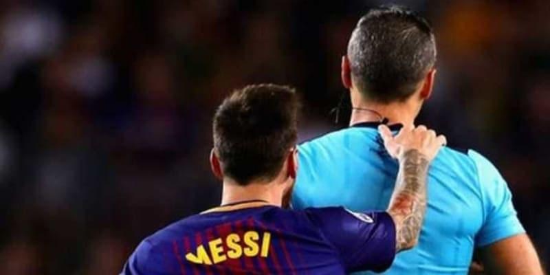Lionel Messi Kebal Hukuman Dari Wasit dan Diperlakukan Istimewa dari Wasit