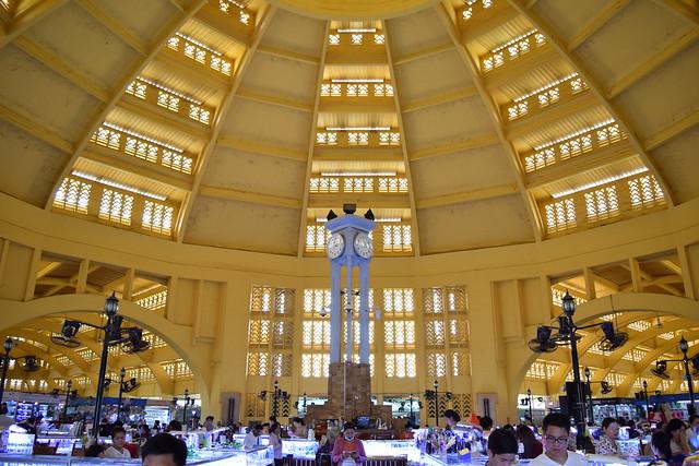 中央市場の中央は美しいドームと輝く貴金属売り場