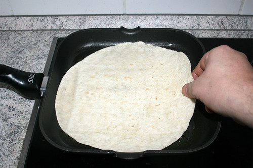 64 - Tortilla in Pfanne geben / Put tortilla in pan