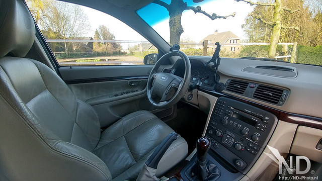 Volvo S80 2.4T cockpit side view