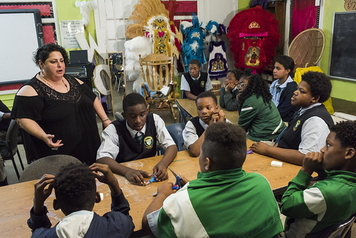 Lis Arias talks with her class about the goals for the day on November 16, 2017. Younger classmates work on smaller patches for the tribe, while learning about the history of the tradition. Photo by rhrphoto.com.