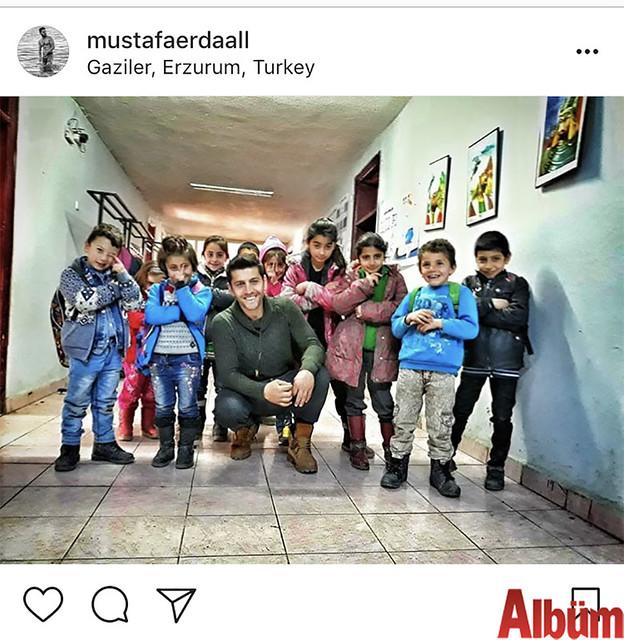 Beden Eğitimi Öğretmeni Mustafa Erdal, Erzurum'da görev yaptığı ilkokulun öğrencileriyle birlikte çektirdiği bu fotoğrafı takipçileriyle paylaştı.