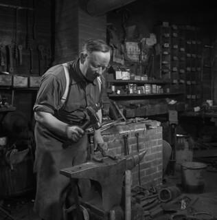 Harper Rennick hammering a horseshoe, Shawville, Quebec / Harper Rennick forgeant un fer à cheval, Shawville (Québec)