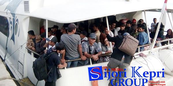 Sangking padatnya, Penumpang Ferry MV Seven Star menaiki kapal lewat belakang kapal, di Pelabuhan Perintis Tarempa