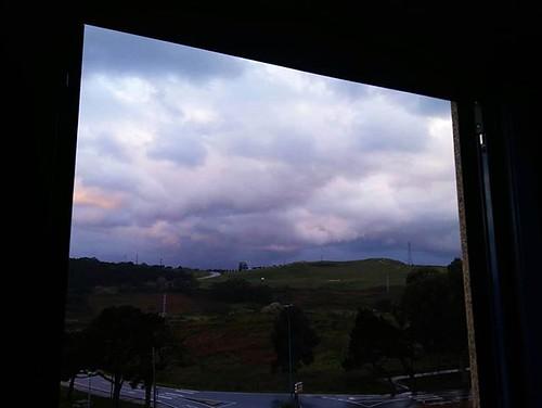 Me asomo a la ventana y veo pasar las últimas nubes del invierno (astronómico). Hoy empieza la primavera a las 17:16. #byewinter #clouds #equinocio #spring #primavera #Coruña #windowphoto #phonephoto