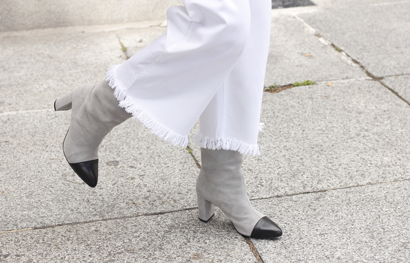 white jeans frayed hem jeans uterqüe bicolor boots gray sweater givenchy bag outfit13