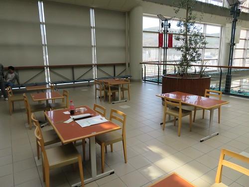 福島競馬場の玉萬茶寮跡地前のテーブル