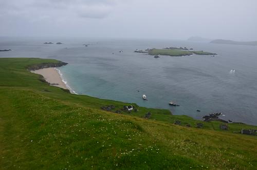 Blick auf den Hafen, das Boot und die Bucht von Blasket Island