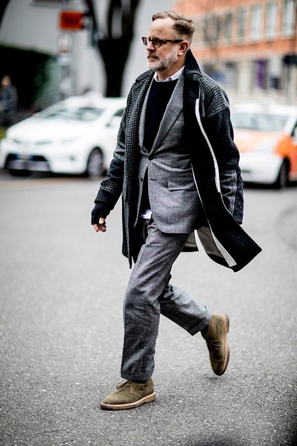 グレー系パッチワークステンカラーコート×グレースーツ×シャツ×黒セーター×ライトブラウンチャッカブーツ
