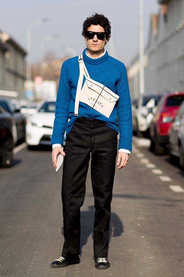 青セーター×黒スラックス×黒スニーカー