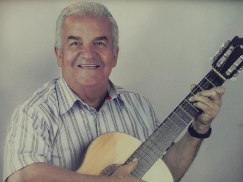 La vida de Alvaro Cordoba Farfán sigue ajustada a una guitarra