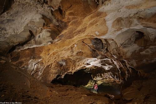 Guy en bas du Toboggan de la grotte de Vau -  Nans Sous Sainte Anne - voyage au centre de la terre