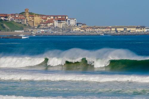 Os mando unas bonitas olas de la playa de Zarautz