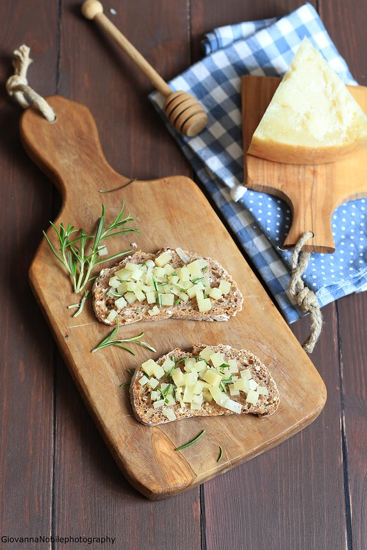 Bruschette con pecorino sardo, rosmarino e miele 2