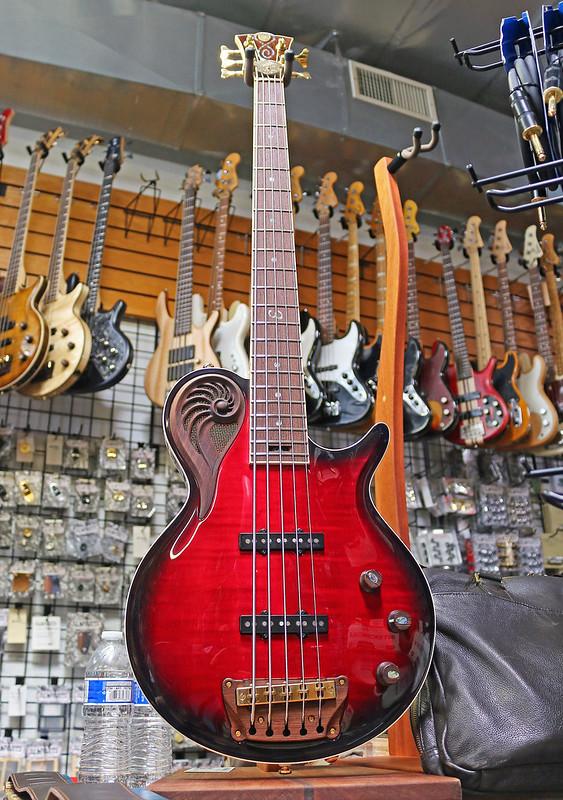 Universum Guitars  - red Epsilon Bass (7)