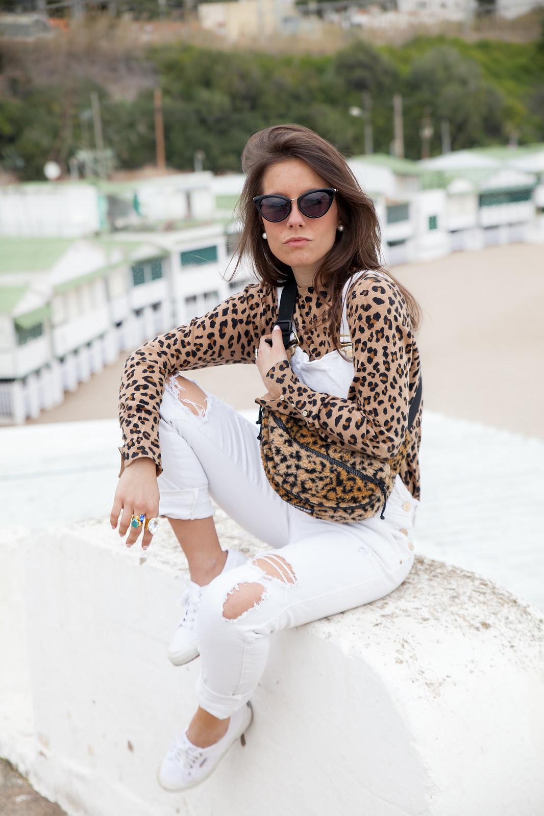 cómo combinar un peto blanco estilo sincerely jules a lo theguestgirl con riñonera Supreme y estampado leopardo
