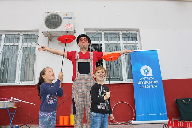 Büyükşehir Belediye Başkanı Menderes Türel'in Antalyalı çocuklara armağanı olan Şeker Portakalı Çocuk Etkinlik Aracı Finike'de 2