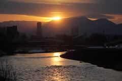 豊平川の夕日と手稲山 (1)