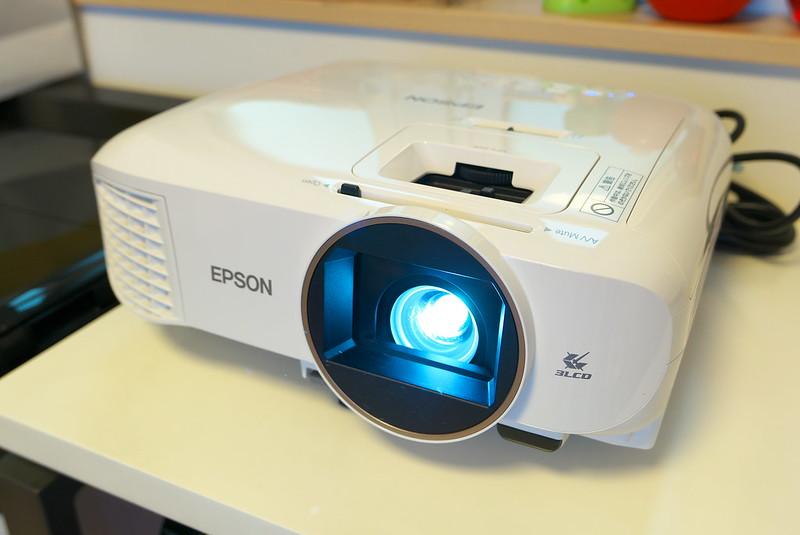 エプソンのホームプロジェクター dreamio EH-TW5650S