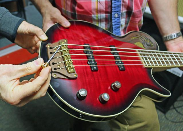 Universum Guitars  - red Epsilon Bass (6)